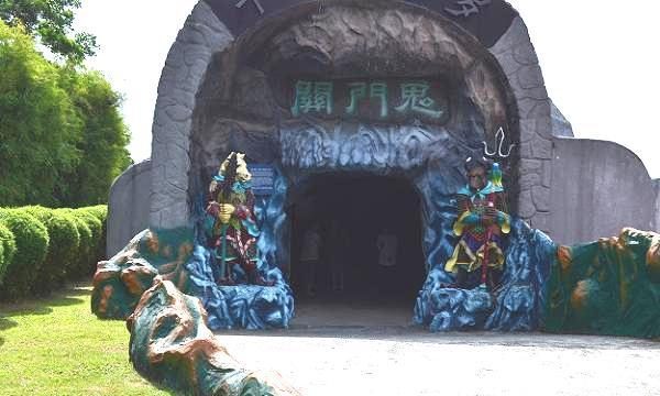 haw_par_villa_entrance_to_hell